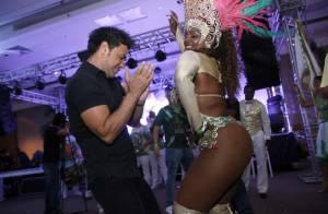 Zezé Di Camargo mostra samba no pé ao lado de passista em feijoada no Rio