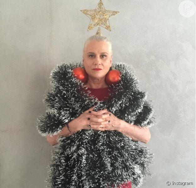 Vera Holtz postou uma foto fantasiada de árvore de natal nesta quinta-feira, 24 de dezembro de 2015, com direito a brincos de bolas gigantes e estrela na cabeça