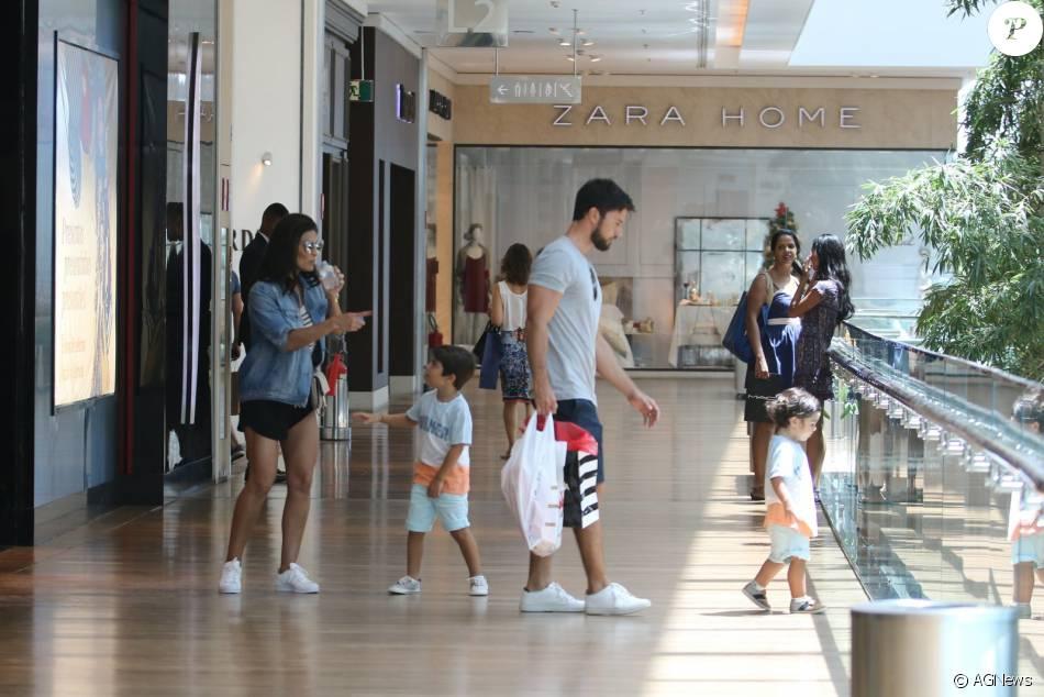 Juliana Paes faz compras de Natal com os filhos, Antonio e Pedro, e o marido, o empresário Carlos Eduardo Baptista nesta quinta-feira (24) no shopping Village Mall na Barra da Tijuca, Zona Oeste do Rio de Janeiro