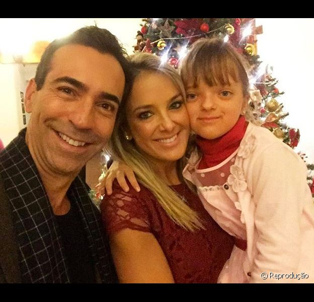 Ticiane Pinheiro posa com a filha, Rafaella Justus, e o namorado, o jornalista César Tralli na véspera do Natal nesta quinta-feira, 24 de dezembro de 2015