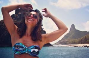 De biquíni, Carol Castro mostra barriga definida em praia e fã elogia: 'Linda'