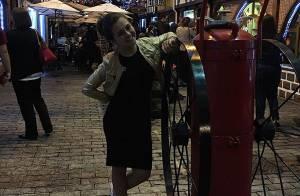 Klara Castanho usa look estiloso durante passeio em viagem a Campos do Jordão