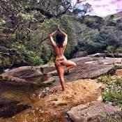 De biquíni, Isis Valverde faz pose de yoga e ganha elogios: 'Espetacular'