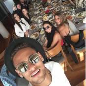 Neymar volta a Barcelona para passar o Réveillon e posta foto com amigos