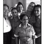 Foto de Carolina Dieckmann e Regina Casé com empregadas divide opiniões
