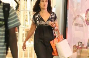 Fátima Bernardes, sem maquiagem e de férias, faz compras com as filhas. Fotos!