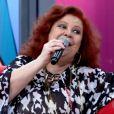 Beth Carvalho diz que não vê problemas em cantar sentada
