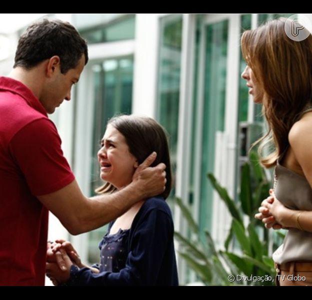 Paulinha (Klara Castanho) ouve Bruno (Malvino Salvador) dizendo a Paloma (Paolla Oliveira) que achou a filha numa caçamba de lixo, em 'Amor à Vida', em 13 de setembro de 2013