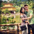 Michel Teló e Thais Fersoza estão aproveitando para conhecer os pontos turísticos do Japão. Nesta foto eles estão no jardim do Kinkakuji (Templo de Ouro)