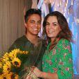 Thammy Miranda posa com Nilciea Oliveira após ser pedida em casamento no palco do programa de Eliana