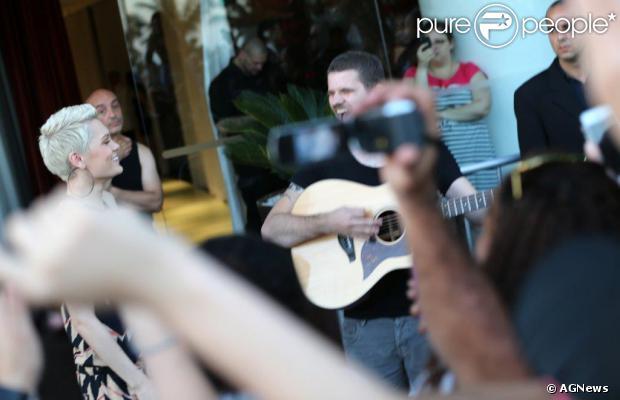 Jessie J presenteou os fãs que a aguardavam na porta de hotel que está hospedada no Rio de Janeiro com um show particular