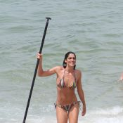 Cynthia Howlett vai a praia no Rio, encontra Marcelo Serrado e mostra corpão