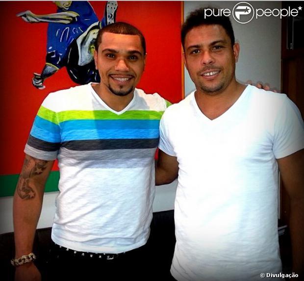 A agência de Ronaldo está irritada com Naldo, informou o jornal 'O Globo' desta sexta-feira, 20 de setembro de 2013