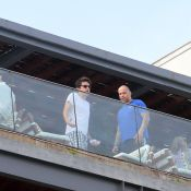 John Mayer aparece na sacada de hotel, no Rio de Janeiro