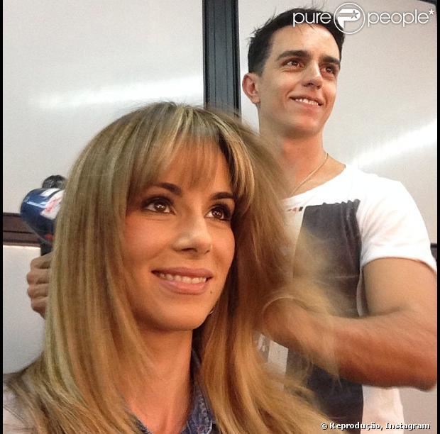 Ana Furtado deixa o cabelo mais loiro e ainda corta franjinha em 23 de setembro