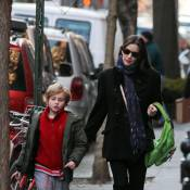 Liv Tyler, toda encasacada, busca o filho, Milo, na escola em Nova York
