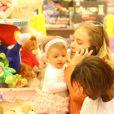Aos nove meses, Eva foi vista durante passeio em shopping com a mãe Angélica