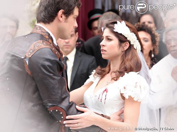 Marcina (Chandelly Braz) se casa com Gibão (Sergio Guizé) mas leva um tiro de Zico Rosado (José Mayer), no lugar do noivo, na saída da igreja, no último capítulo de 'Saramandaia', em 27 de setembro de 2013
