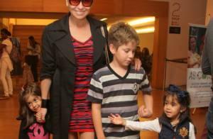 Giovanna Antonelli se diverte com os três filhos em shopping do Rio de Janeiro