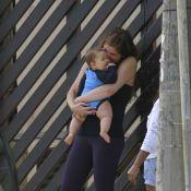 Cristiana Oliveira leva neto de 7 meses para passear na praia