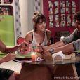 Michel (Caio Castro) come uma pizza com Patrícia (Maria Casadevall) e Guto (Márcio Garcia), em 'Amor à Vida'