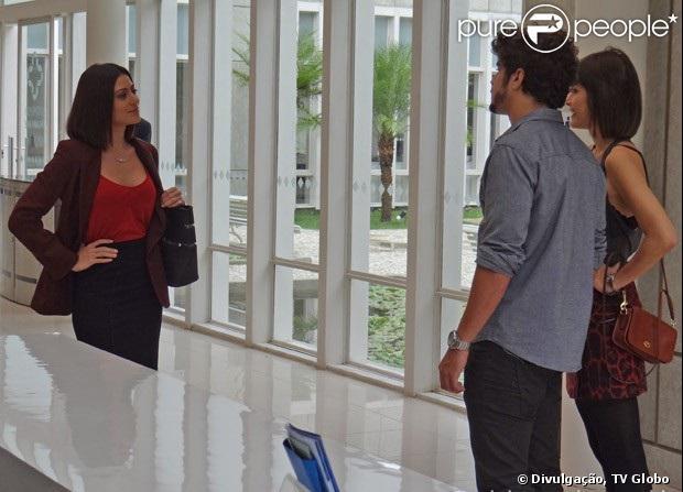 Michel (Caio Castro) e Patrícia (Maria Casadevall) encontram Silvia (Carol Castro), que se apresenta como mulher do médico, em 'Amor à Vida'