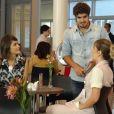 Michel (Caio Castro) chama uma enfermeira para sair na frente de Patrícia (Maria Casadevall), em 'Amor à Vida'