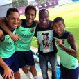 Thiaguinho vai ao treino do Barcelona e posa com Neymar, Daniel Alves e Adriano