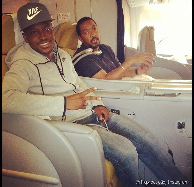 Thiaguinho viaja de primeira classe para Angola. O cantor fará um show em 5 de setembro de 2013