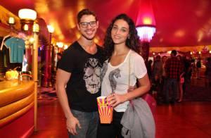Débora Nascimento vira atração em circo sob os olhos atentos de José Loreto