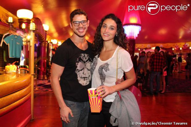 Débora Nascimento e José Loreto se divertiram em ida ao circo