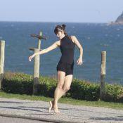 Maria Casadevall faz passos de balé e dança sozinha em praia do RJ