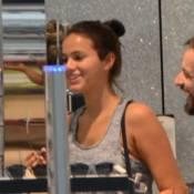 Bruna Marquezine é fotografada usando look de academia em passeio por shopping