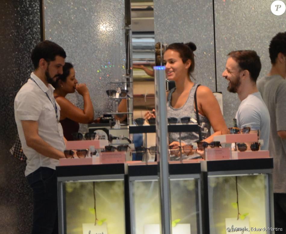 7bf528d8be99e Bruna Marquezine usou look despojado ao passear em shopping de São Paulo na  manhã desta segunda