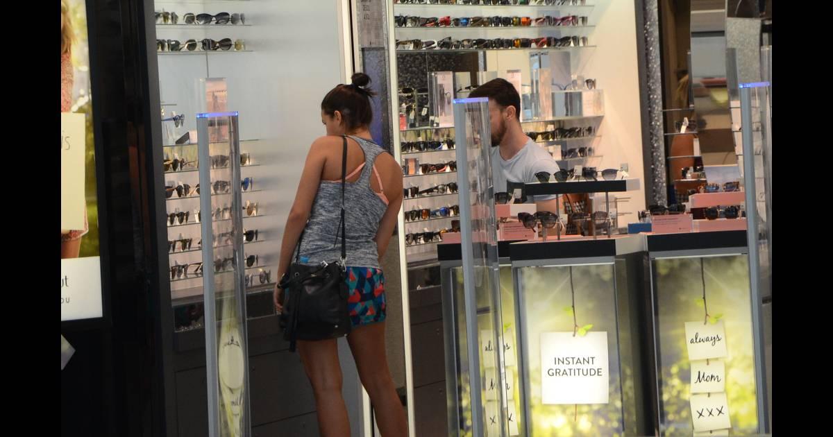 7439479a526fc Bruna Marquezine conferiu as novidades em uma loja de óculos escuros no shopping  JK Iguatemi