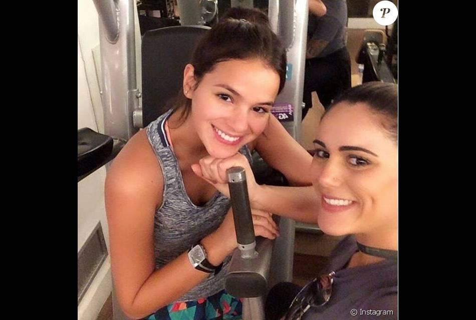 baa72adaef271 Bruna Marquezine passou por uma academia onde tirou uma selfie com  frequentadora do local