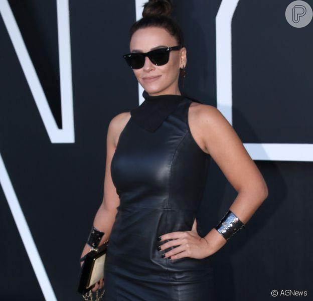 Suzana Pires esteve na São Paulo Fashion Week com vestido de couro preto da marca Lilly Sarti, sapatos Louboutin e bolsa Chanel de R$ 40 mil. Evento começou nesta segunda-feira, 25 de abril de 2016
