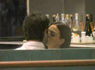 Isis Valverde e o namorado, André Resende, trocam beijos em restaurante. Fotos!