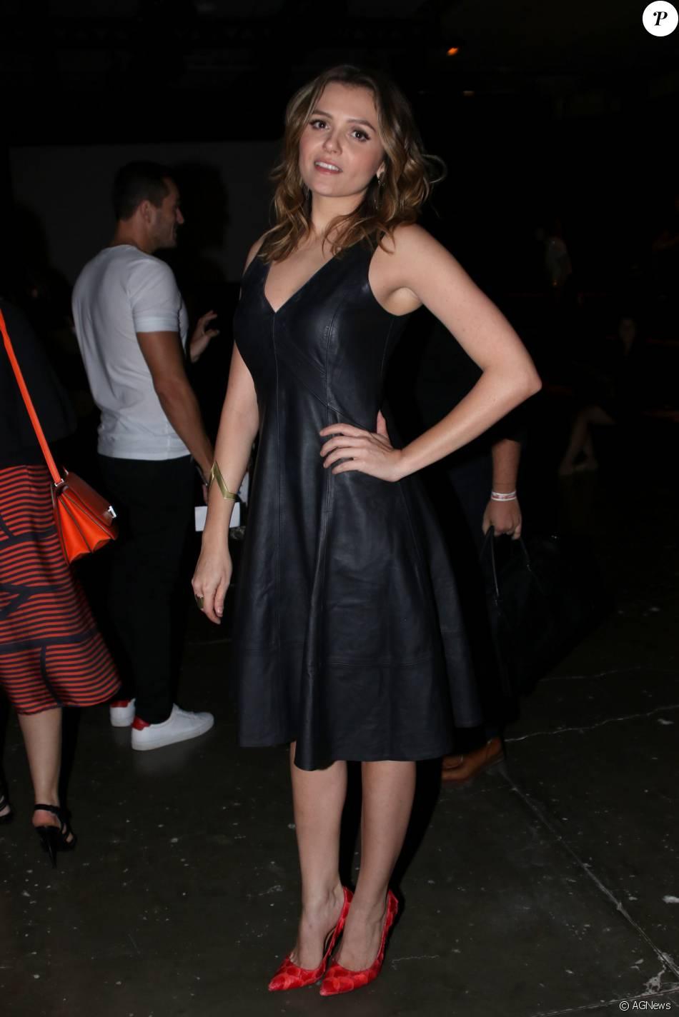 e598343669fa Monica Iozzi apostou em vestido de couro preto e decotado para o primeiro  dia do SPFW