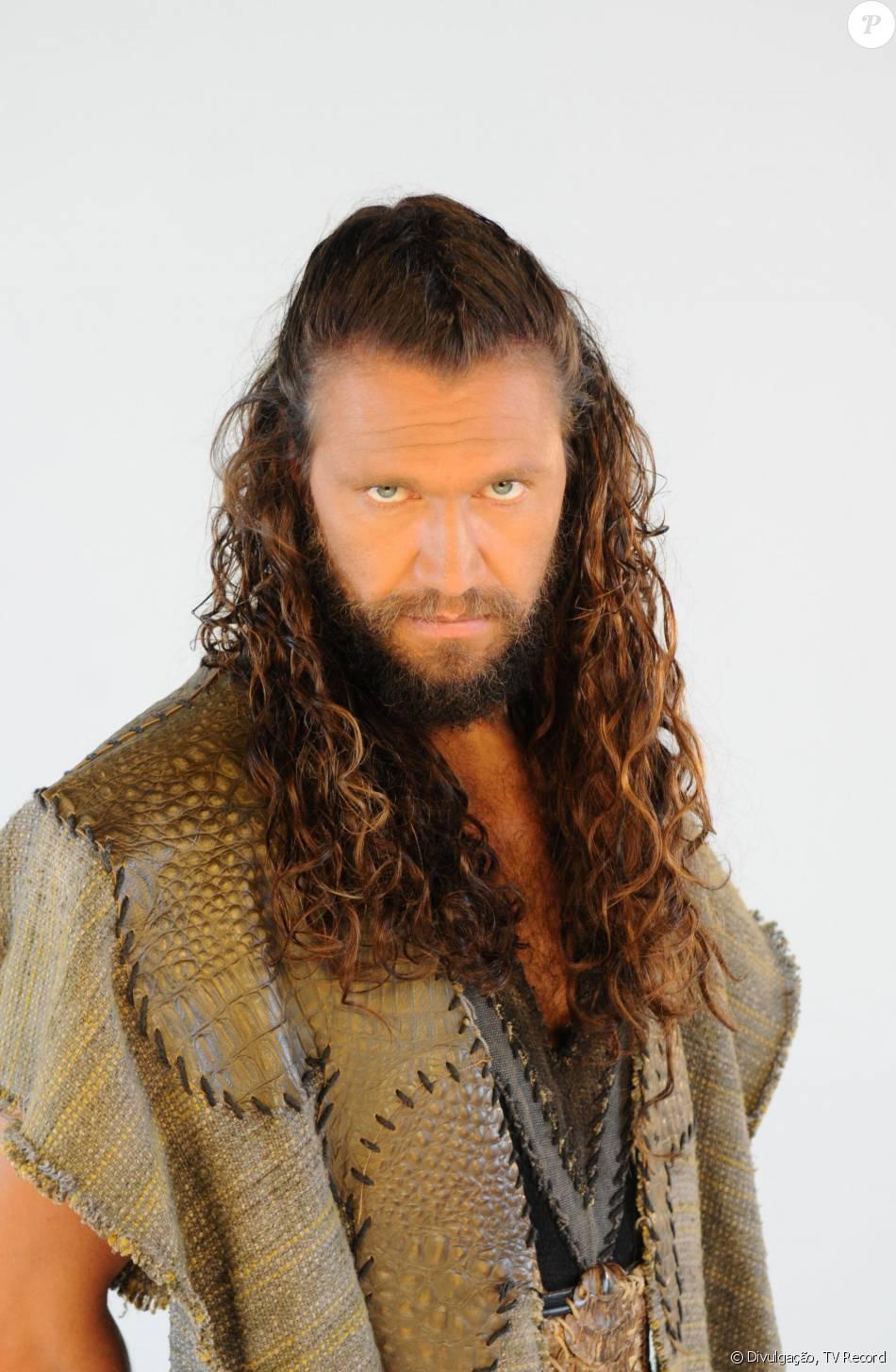 Corá (Vitor Hugo) lidera uma rebelião e acaba sendo sugado pela terra, na novela 'Os Dez Mandamentos - Nova Temporada'