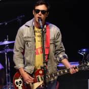 Sergio Guizé, o Candinho de 'Êta Mundo Bom', faz show com banda Tio Che. Vídeo!