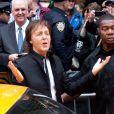 Paul McCartney e sua banda chegaram em um comboio de táxis nesta sexta-feira (11), na Times Square, em Nova York. Ele e sua banda realizaram um pocket show no local