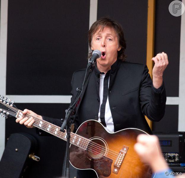 Paul McCartney fez pocket show na Times Square, em Nova York, nesta sexta-feira, 11 de outubro de 2013. Artista cantou quatro canções de seu novo álbum, 'New', em apresentação em cima de um caminhão que durou 15 minutos