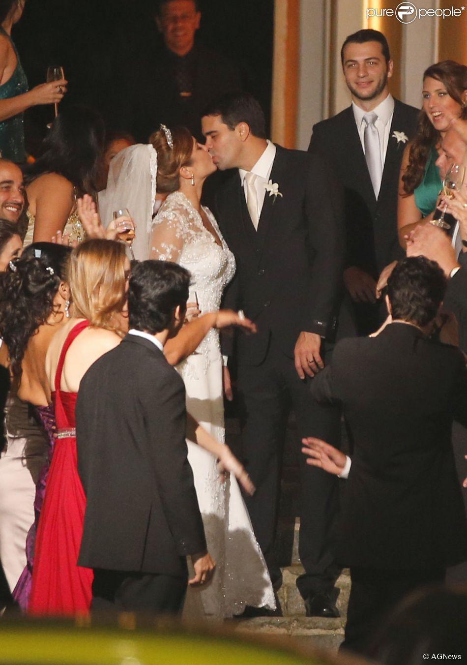 84375585c1c57b O beijo dos noivos! Bárbara usou um vestido de George Moreira ...