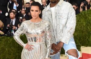 Kim Kardashian usa look com fenda e Kanye West vai de lentes e jeans ao MET
