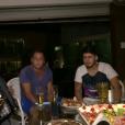 Leonardo se diverte com o filho Zé Felipe em sua casa em Goiânia, durante reportagem exibida no 'Vídeo Show' desta quarta-feira, 4 de maio de 2016