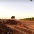 Gusttavo Lima mostrou caminhões e tratores preparando a terra no local
