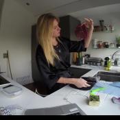 Fiorella Mattheis prepara bife em sua casa em Londres: 'Estrear minhas panelas'