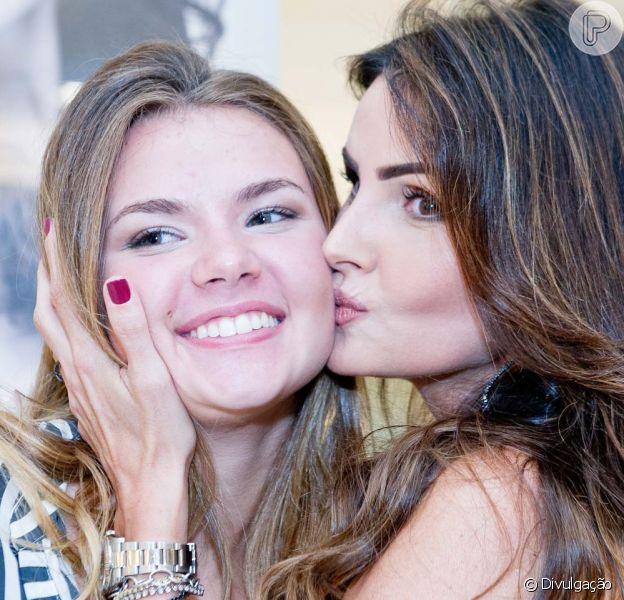 Lisandra Souto e a filha, Yasmin, de 16 anos, foram juntas ao lançamento da linha de maquiagem que leva o nome da atriz em shopping do Leblon, Zona Sul do Rio de Janeiro, na noite desta quinta-feira, 5 de maio de 2016