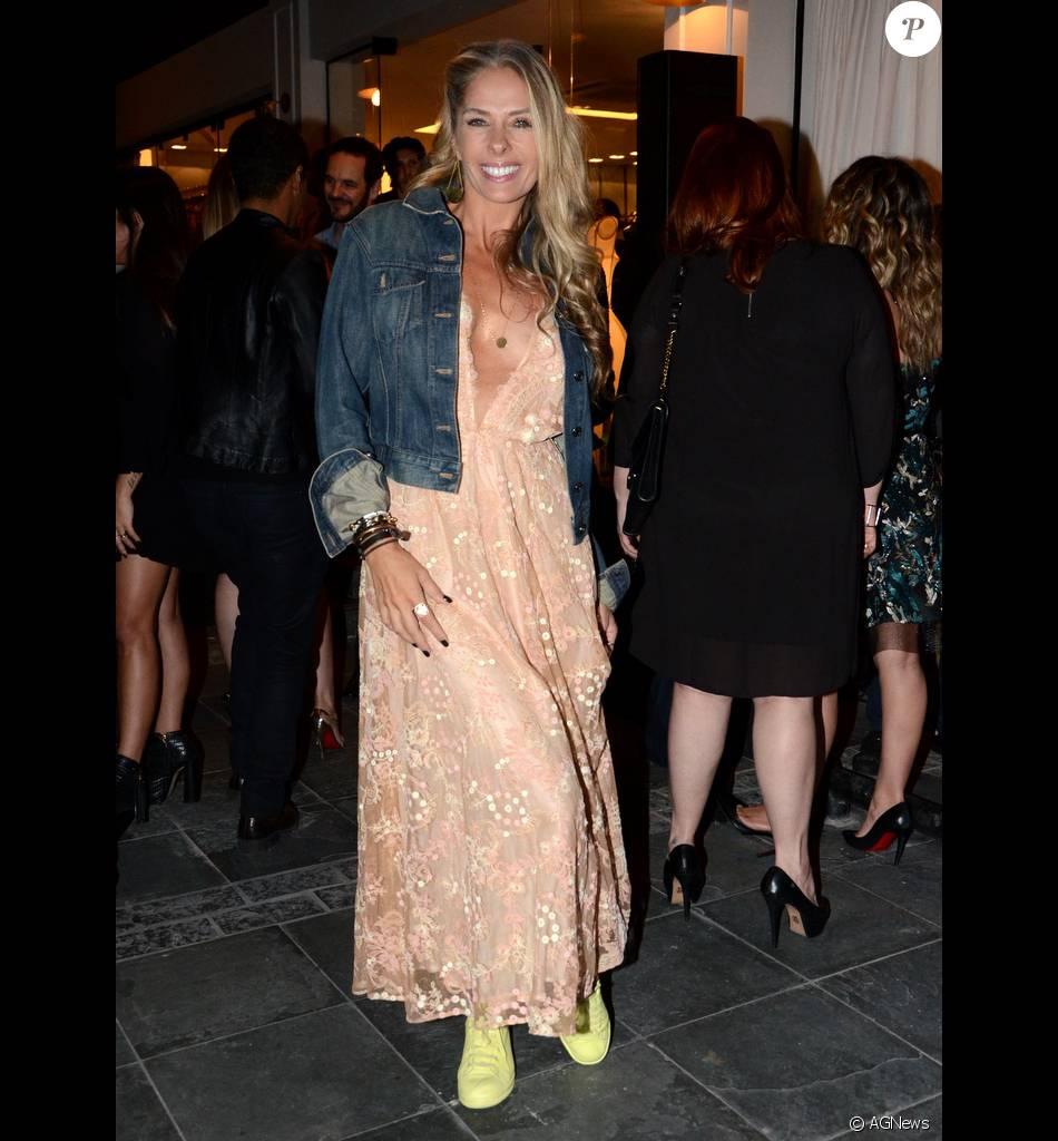 Adriane Galisteu ousou no look ao combinar vestido de festa da estilista  Lethicia Bronstein com jaqueta jeans e tênis esportivos coloridos 139620e5571cc